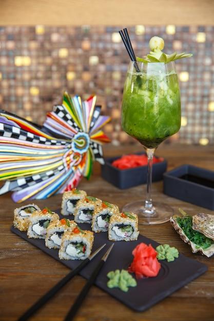 ゴマと生inger、わさび、キウイカクテルを添えた巻き寿司 無料写真