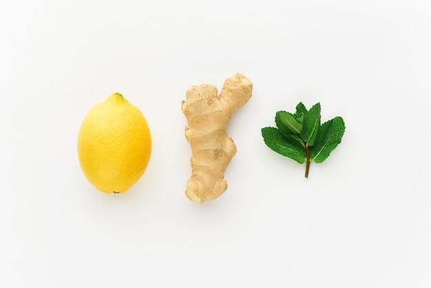 ミニマリズムレモンと白い背景に生inger。冬に免疫を高める概念 Premium写真