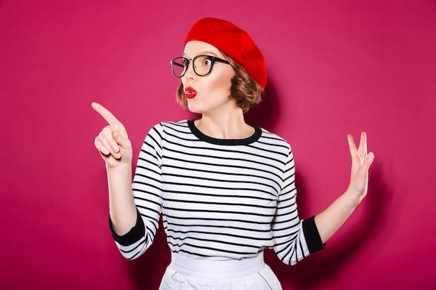 指しているとピンクを離れて見て眼鏡でショックを受けた生inger女性 無料写真