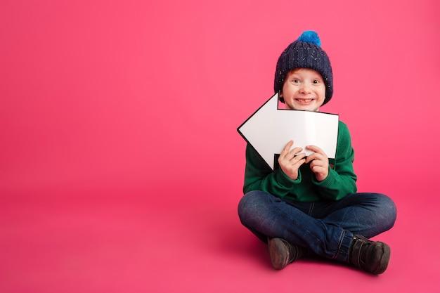 左矢印を押しながらカメラを探して生inger少年の笑顔 無料写真
