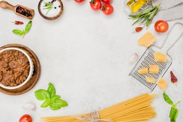 ボロネーゼスパゲッティとフレームの材料 無料写真