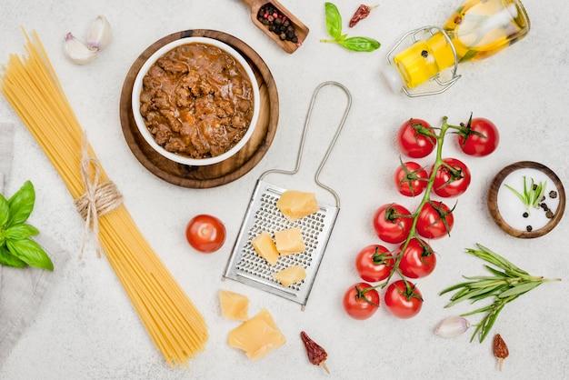 テーブルの上のボロネーゼスパゲッティの材料 無料写真