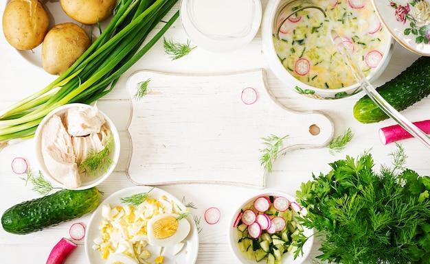 卵、きゅうり、チキン、ディルと夏ヨーグルトの冷たいスープを調理するための材料 Premium写真