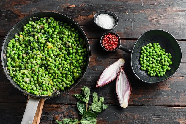 Ингредиенты для рыбы с жареным картофелем на сковороде и в горох Premium Фотографии