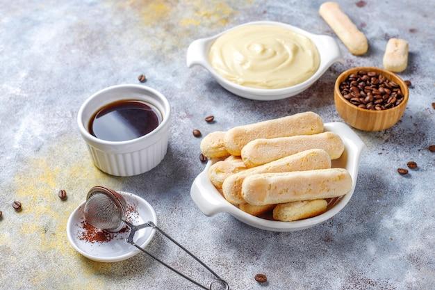 Ингредиенты для приготовления десерта тирамису, вид сверху с копией пространства. Бесплатные Фотографии