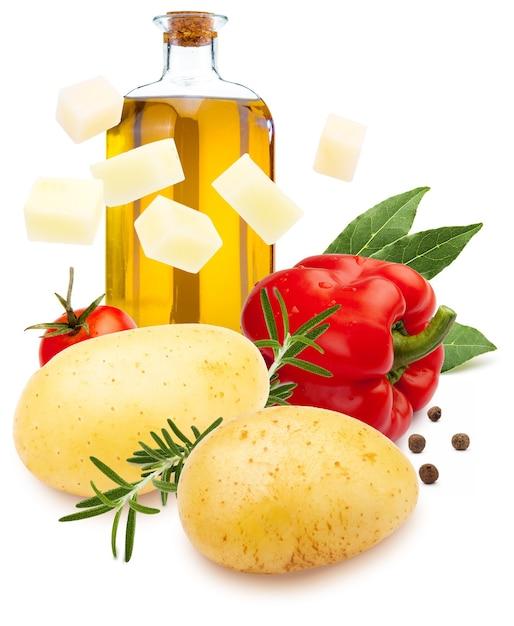 Ингредиенты для рагу. картофель, красный перец, оливковое масло, лавровый лист, черный перец и розмарин. изолированные на белом фоне. Premium Фотографии