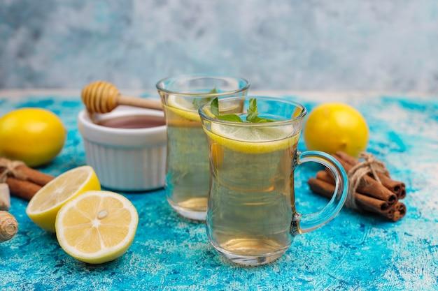 Ингредиенты: свежий имбирь, лимон, палочки корицы, мед, сушеные гвоздики для укрепления иммунитета и витаминный напиток Бесплатные Фотографии