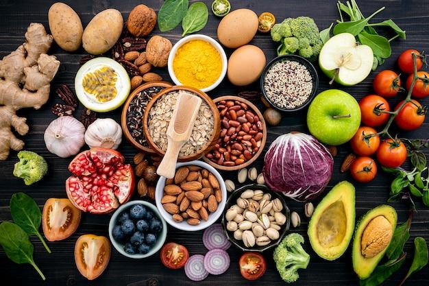Diversos ingredientes gastronômicos naturais, como frutas e legumes.