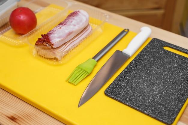 Ингредиенты, приготовленные на деревянном столе, чтобы приготовить бутерброд Premium Фотографии