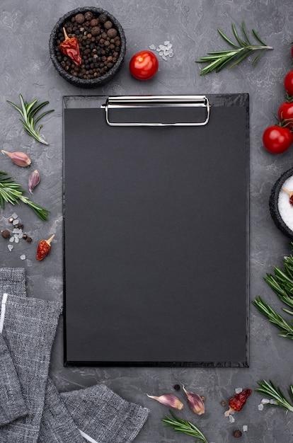 Ингредиенты с буфером обмена на столе Бесплатные Фотографии