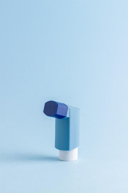 青いテーブルの吸入器。薬。健康。呼吸器疾患。 Premium写真