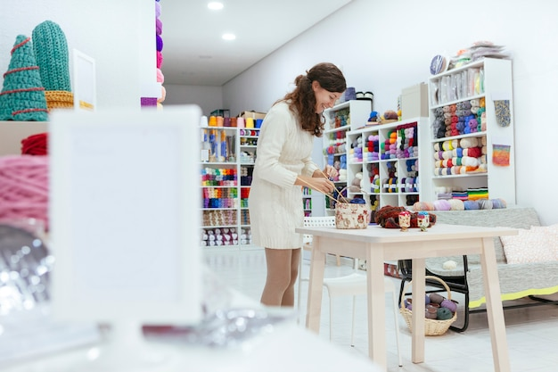 Innovative business woman preparing a creative workshop of knitting Premium Photo