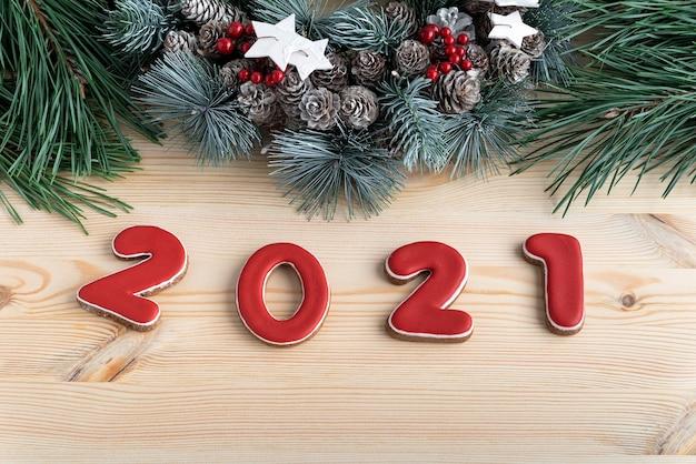 赤い釉薬とクリスマスリースのジンジャーブレッドからの碑文2021。閉じる。 Premium写真
