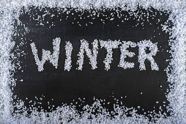 Надпись «зима» на текстуре черной доски Premium Фотографии