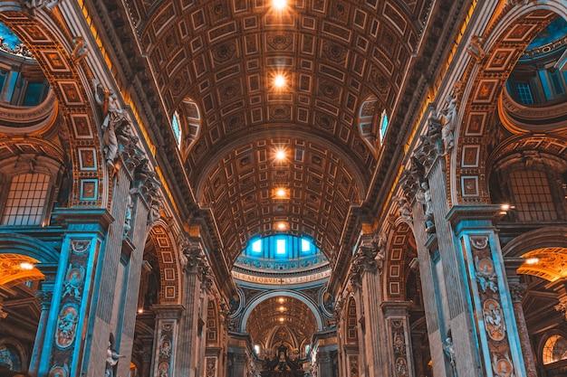 バチカン市国の有名なサンピエトロ大聖堂の内部 無料写真