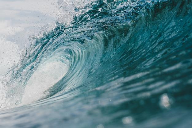 Vista interna dell'enorme onda che si infrange sul mare nelle isole mentawai, indonesia Foto Gratuite