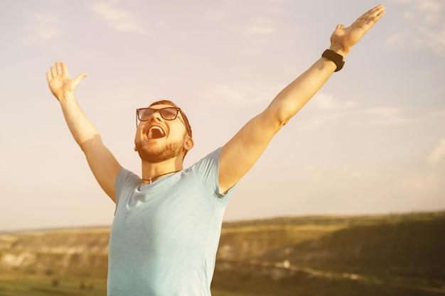 Красивый мужской портрет на открытом воздухе с фильтром ретро винтаж instagram Бесплатные Фотографии