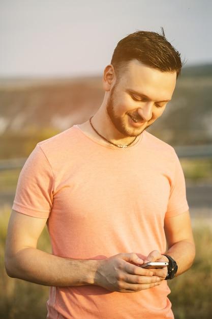 携帯電話を持つ男。レトロなビンテージinstagramフィルター 無料写真