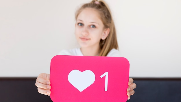 Средний снимок instagram девушка позирует Бесплатные Фотографии