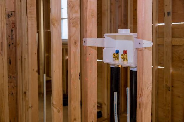 洗濯機に水を接続するための新しい家への洗濯コンセントボックスの設置 Premium写真
