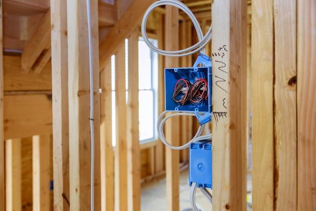 벽 새 집 새 집 건축에 전기 소켓 설치 프리미엄 사진