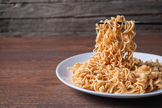 Instant noodles on plate on the table Premium Photo