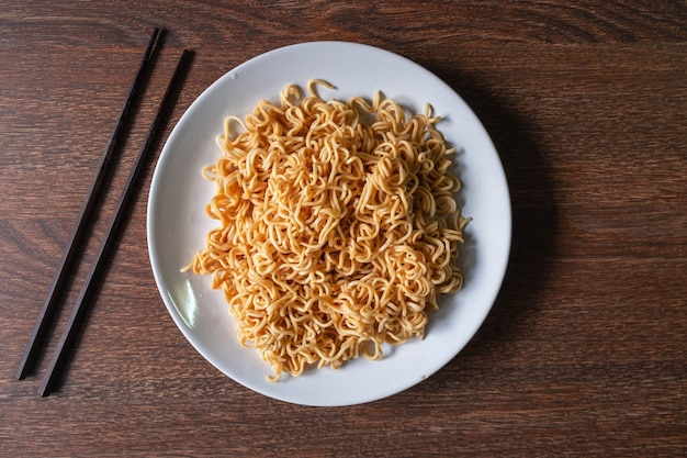 Instant noodles on a plate on the table Premium Photo