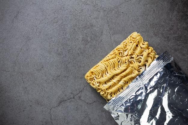 Spaghetti istantanei sul tavolo Foto Gratuite