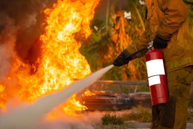 訓練用消火器の使用方法を示すインストラクター Premium写真