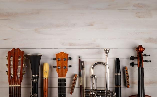 Инструменты в белом деревянном фоне Premium Фотографии