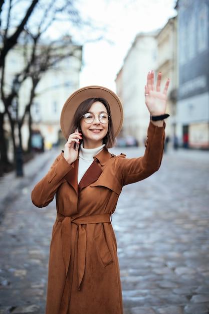 Заинтересованы молодые гулять по улице в теплый осенний день Бесплатные Фотографии