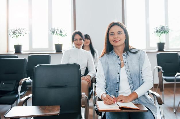 興味深い情報。昼間の近代的な教室でのビジネス会議での人々のグループ 無料写真