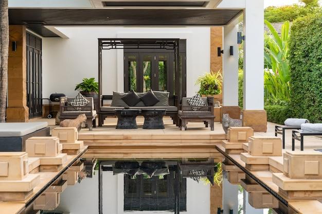 豪華なプールヴィラ、家、住宅のインテリアとエクステリアデザインスイミングプール Premium写真
