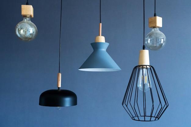 세련된 주택의 실내 장식. 로프트 스타일 백열 램프. 현대적인 스타일의 홈 디자인 프리미엄 사진