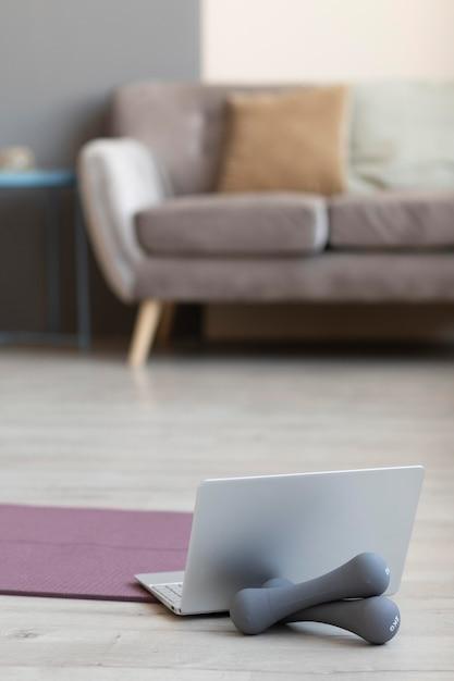 Дизайн интерьера с гантелями на полу Premium Фотографии