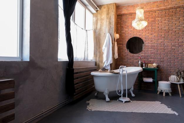 Дизайн интерьера с винтажной ванной Premium Фотографии