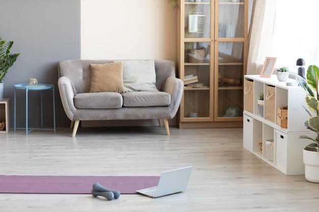 Дизайн интерьера с ковриком для йоги на полу Premium Фотографии