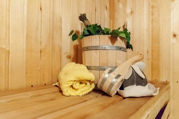 내부 세부 사항 전통적인 사우나 액세서리가있는 핀란드 식 사우나 한증 실 프리미엄 사진