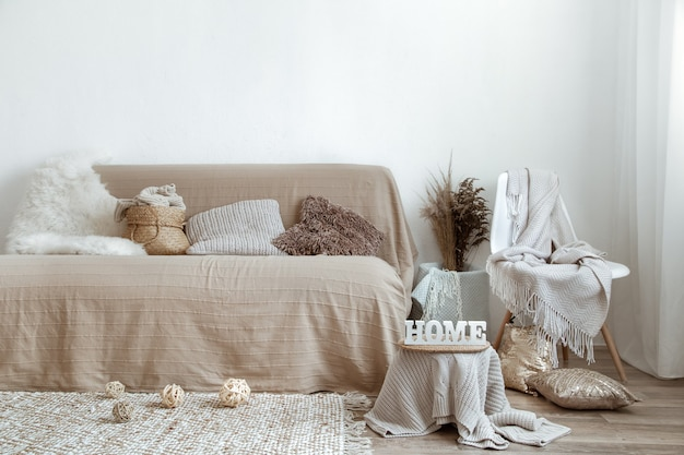L'interno del soggiorno con divano e oggetti decorativi. Foto Gratuite