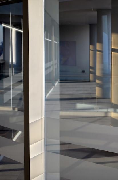 Interno di un edificio moderno con finestre di vetro e atmosfera bianca Foto Gratuite