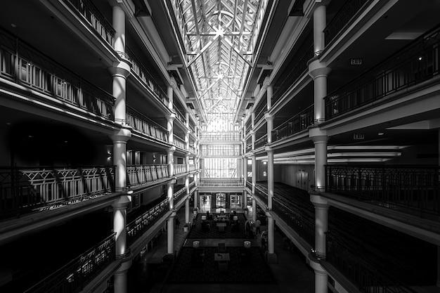 유리 천장이있는 큰 건물의 내부 무료 사진