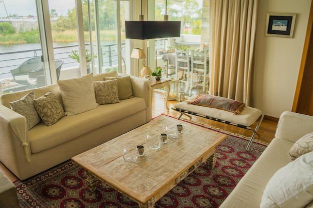 Интерьер современной квартиры уютно оформлен с огромными окнами Бесплатные Фотографии