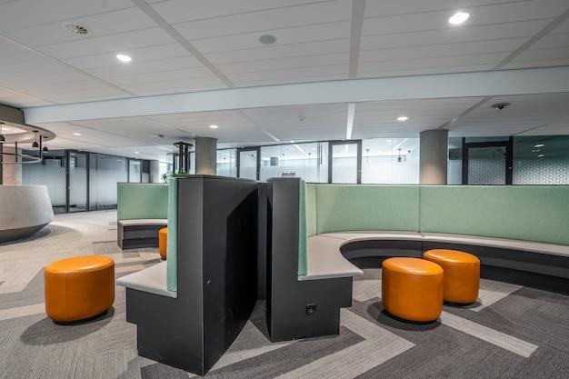 현대 열린 공간 사무실의 일부 인테리어 무료 사진