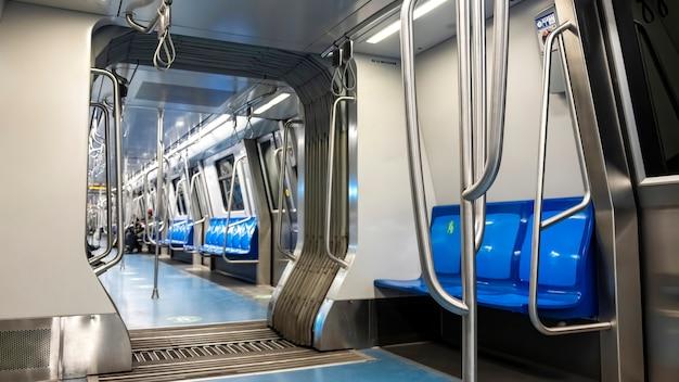 부쿠레슈티, 루마니아에서 빈 좌석이있는 지하철 내부 무료 사진