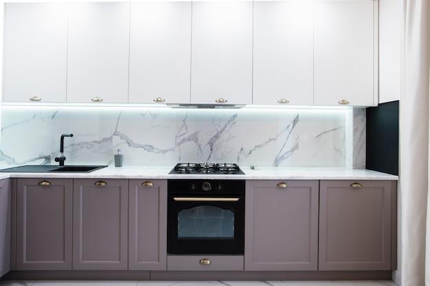 Интерьер современной меблированной кухни Premium Фотографии