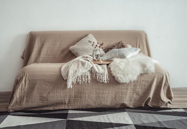 소파와 장식 용품이있는 거실의 인테리어. 무료 사진