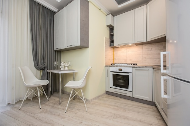 Фото интерьера кухни в белых тонах в стиле модерн Premium Фотографии