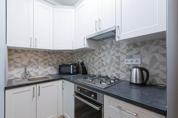 Фото интерьера кухни в белых тонах модерн Premium Фотографии