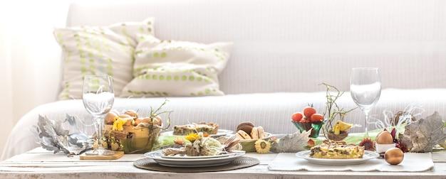 L'interno della sala con una festosa tavola pasquale. Foto Gratuite