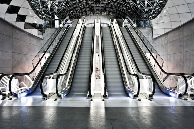 에스컬레이터가있는 건물의 내부 샷 무료 사진